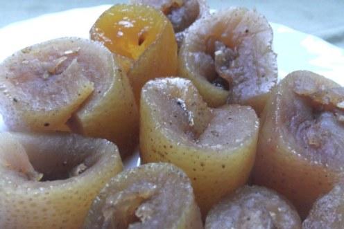 קליפות פומלה מסוכרות: מקורו של הצבע הכהה במקצת בתיבול הקינמון והציפורן