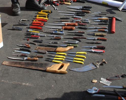 מבחר סכינים שנאספו מידי הטרוריסטים של ה-IHH על סיפון המרמרה (צילום מהוויקיפדיה)