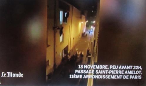 פאריס, הרובע ה-11, יום שישי, 13 בנובמבר, 11 בלילה, נמלטים מבעד לחלונות של אולם המופעים שבו טובחים רוצחי דאעש את הצופים