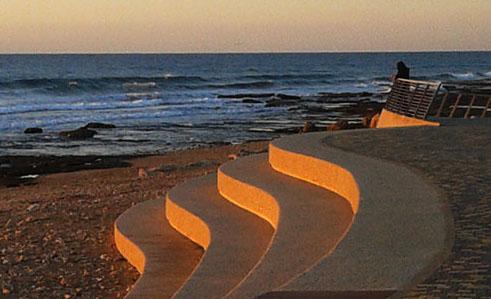 לקראת מפגש יומיומי בין השמש והים התיכון. או: חמש להבות אחרונות של היום שערב.