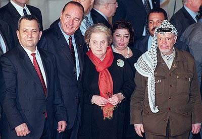 תמונה קבוצתית עם גברת: יאסר ערפאת, מדליין אולברייט, ז'אק שיראק ואהוד ברק בוועידת פאריז, אוקטובר 2000