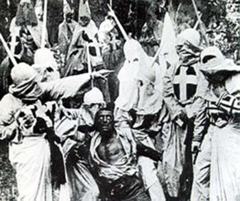 """הטרוריסטים של הקו-קלוקס-קלאן בלינץ' של עבד שחור (צילום מהוויקיפדיה, מתוך הסרט """"לידתה של אומה"""")"""