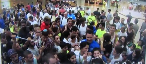 """קבלת הפנים בנתב""""ג למשלחת הג'ודו מריו: ירדן ג'רבי במרכז למטה בחולצה לבנה מסמלת וי באצבעותיה (מתוך הסרטון ששחררה ג'רבי לרשת)"""
