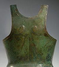 """שיריון """"פעמון"""" מארד של הופליט יווני, מהתקופה המוקדמת יותר (צילום מהוויקיפדיה)"""