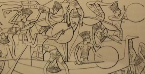 """חיילים פלישתים מגויי הים בקרב ימי בציור מצרי מתקופת רעמסס השלישי (1192-1160 לפסה""""נ): קסדות מנוצות, מגינים וחרבות . (כל האיורים חוץ מפסל ההופליט מספרו של ידין)"""