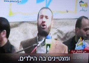 שר החמאס מחלק תעודות הצטיינות
